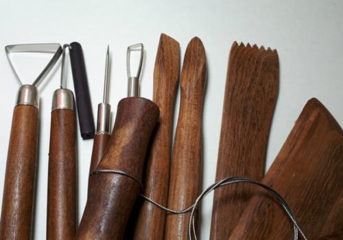 Инструмент и материалы для гончаров.